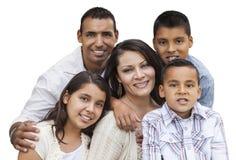 Lycklig attraktiv latinamerikansk familjstående på vit