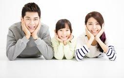 Lycklig attraktiv ung familjstående Arkivfoton