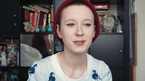 Lycklig attraktiv ung kvinna som har en video pratstund, som sett från punkten av sikten av datorskärmen stock video