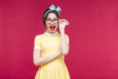 Lycklig attraktiv utvikningsbrudflicka i gula dreass och exponeringsglas royaltyfri fotografi