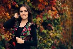 Lycklig Autumn Woman Wearing Colorful Ethnic väst fotografering för bildbyråer