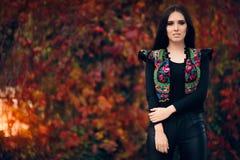 Lycklig Autumn Woman Wearing Colorful Ethnic väst arkivbilder