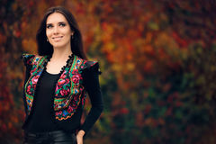 Lycklig Autumn Woman Wearing Colorful Ethnic väst arkivfoto