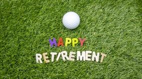 Lycklig avgång till golfaren med förälskelse och golfboll på gräs arkivfoto