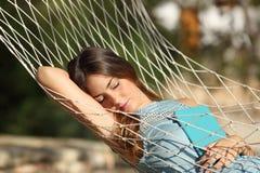 Lycklig avkopplad kvinna som sover på semester arkivbild