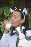 Lycklig avkopplad mogen kvinnadrinkign mjölkar Arkivbild