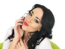 Lycklig avkopplad nöjd drömlik ung latinamerikansk kvinna som är flirtig, och truta Arkivfoton