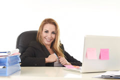 Lycklig avkopplad 40-talaffärskvinna som ler säkert arbete på bärbar datordatoren Royaltyfri Fotografi