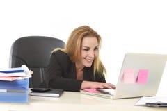 Lycklig avkopplad 40-talaffärskvinna som ler säkert arbete på varven Arkivbild