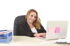 Lycklig avkopplad 40-talaffärskvinna som ler säkert arbete på varven Fotografering för Bildbyråer