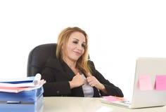 Lycklig avkopplad 40-talaffärskvinna som ler säkert arbete på varven Arkivfoton