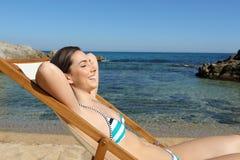 Lycklig avkopplad turist som tycker om strandsemester arkivbilder