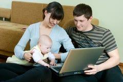 lycklig bärbar dator för familj Royaltyfri Fotografi