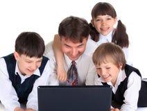 lycklig bärbar dator för familj Fotografering för Bildbyråer