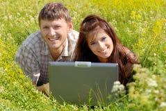 lycklig bärbar dator för par Royaltyfria Foton