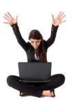 lycklig bärbar datorkvinna för affär Arkivfoto