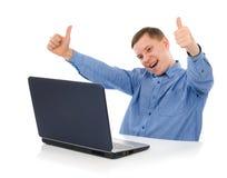 lycklig bärbar datorman Fotografering för Bildbyråer