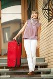 lycklig bagagekvinna Arkivbilder