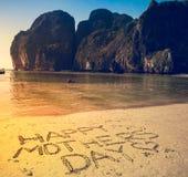 Lycklig bakgrund för dag för moder` s på den sandiga stranden Arkivbilder