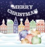Lycklig bakgrund för glad jul med vinterstaden och xmas-bollar Arkivbilder