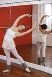Lycklig ballerina som utför i studio Royaltyfria Foton