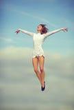 lycklig banhoppning för dansare arkivfoton