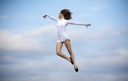 lycklig banhoppning för dansare royaltyfri foto