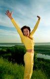 lycklig banhoppning för flicka fotografering för bildbyråer