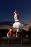 lycklig banhoppning för flicka arkivbild