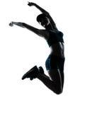 Lycklig banhoppning för kvinnalöparejogger Royaltyfri Foto