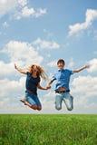 lycklig banhoppning för par Arkivfoton