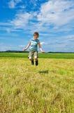 lycklig banhoppning för pojke Arkivfoton