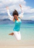 lycklig banhoppning för strandflicka Arkivbilder