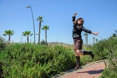 Lycklig banhoppning för ung kvinna Royaltyfri Foto