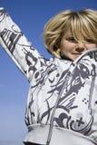lycklig banhoppning för flicka upp Arkivfoton