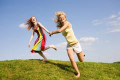 lycklig banhoppning två för flickor Royaltyfria Foton