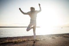 lycklig banhoppningkvinna arkivfoto