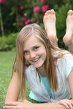 Lycklig barfota bekymmerslös tonårs- flicka Arkivfoto