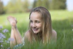 Lycklig barfota ung flicka i en äng Arkivfoton