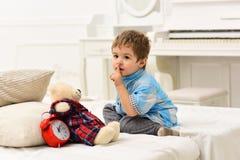 lycklig barndom Fantastisk dag Omsorg och utveckling Leksaker för barnlek lycklig familj- och barns dag pojke little som leker royaltyfria bilder