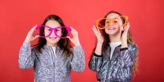 lycklig barndom ?rliga gladlynta ungar delar lycka och f?r?lskelse Glat och gladlynt systerskapbegrepp v?nskapsmatch royaltyfria foton