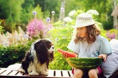 lycklig barnflicka för sommar som äter vattenmelon som är utomhus- på semester royaltyfri fotografi