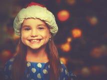 Lycklig barnflicka i en julhatt arkivbilder