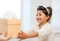 Lycklig barnflicka med gåvaasken royaltyfri bild