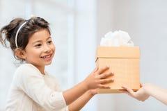 Lycklig barnflicka med gåvaasken arkivbild