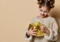 Lycklig barnflicka med gåvaasken royaltyfri fotografi