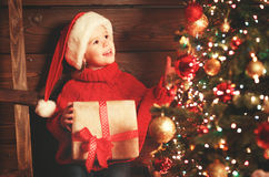 Lycklig barnflicka med julklapp royaltyfria foton
