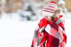 Lycklig barnflicka med te på vinter Arkivbilder