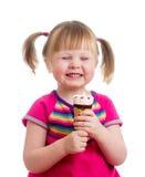 Lycklig barnflicka som äter glass i den isolerade studion Royaltyfri Fotografi