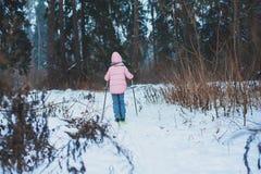 lycklig barnflickaskidåkning i den snöig skogen för vinter som spenderar utomhus- ferier arkivbilder